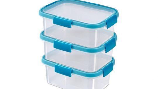Magunkkal vihetjük a műanyag ételtároló dobozt
