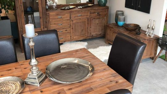 Sokféle tömörfa bútort kínál a Globero